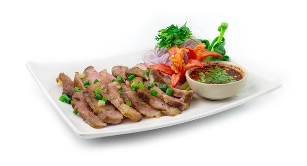 Fatias de porco grelhado servido molho picante estilo nordeste