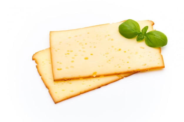 Fatias de queijo isoladas no fundo branco.