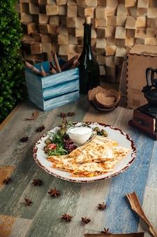 Fatias de quesadilla com molho branco de filé de frango