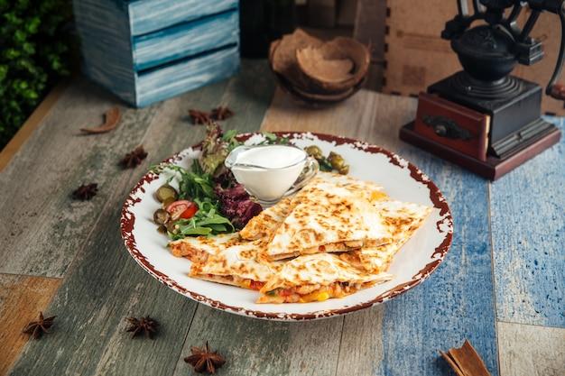 Fatias de quesadilla filé de frango e molho branco