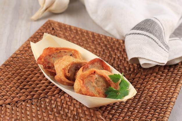 Fatias de rolinhos de ovo de frango, é ovo omelete recheado com frango moído e especiarias, cozido no vapor e frito, normalmente servido em caixa bento japonesa