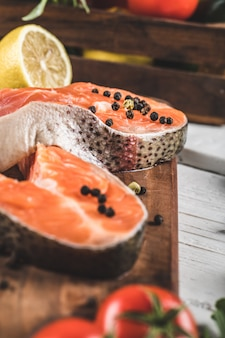 Fatias de salmão com limão e pimenta
