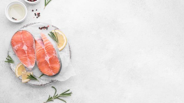 Fatias de salmão com limão na cópia espaço