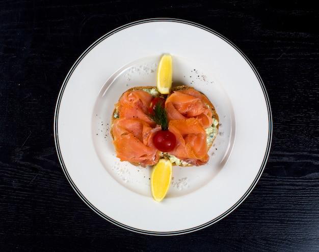 Fatias de salmão defumado com limões laterais