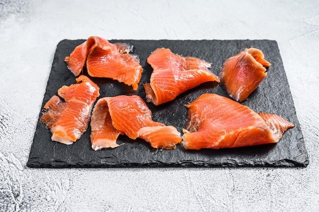 Fatias de salmão defumado. peixe orgânico. fundo branco. vista do topo