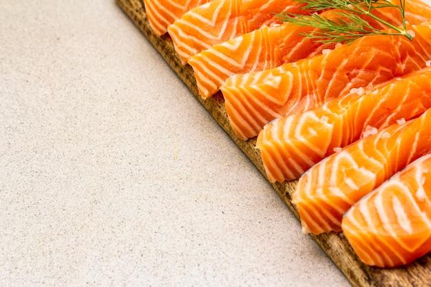 Fatias de salmão fresco. ingrediente para cozinhar frutos do mar saudáveis.