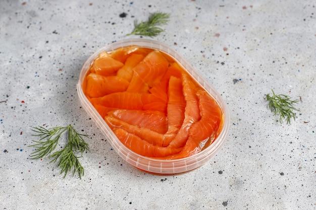 Fatias de salmão fumado fresco.