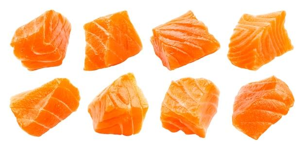 Fatias de salmão isoladas no fundo branco com traçado de recorte, cubos de peixe vermelho, ingrediente para sushi ou salada, macro