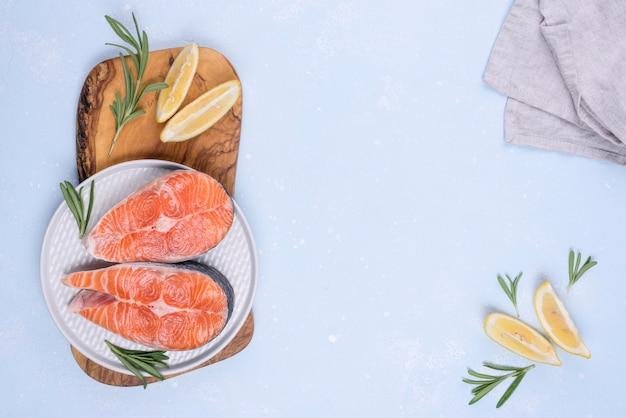 Fatias de salmão na tábua tradicional