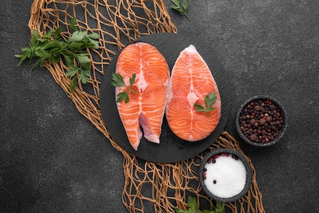 Fatias de salmão vermelho cru na rede de pesca