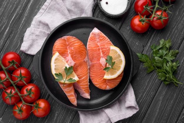 Fatias de salmão vermelho cru vista superior