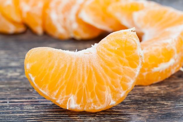 Fatias de tangerina deliciosa de laranja durante o cozimento, frutas cítricas de laranja, tangerina deliciosa com muito suco