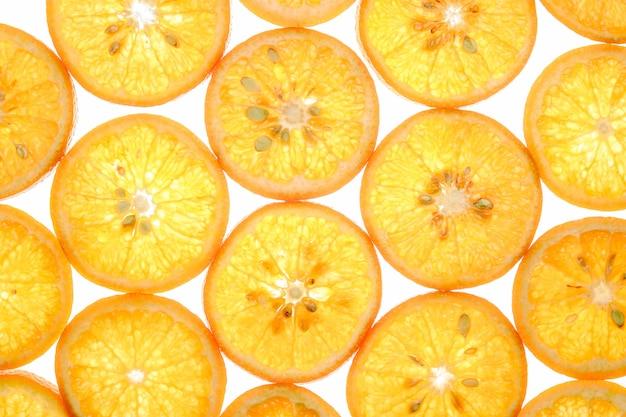 Fatias de tangerina doce brilhante em branco
