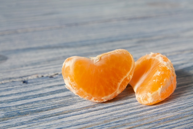 Fatias de tangerina (mandarim) na madeira