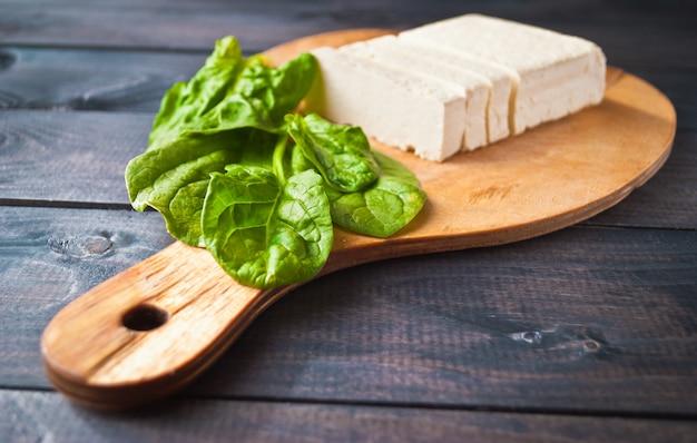 Fatias de tofu e espinafre cru