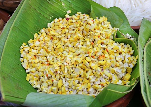 Fatias de tofu em folha de bananeira (matéria-prima para cozinhar)