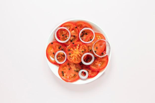 Fatias de tomate e cebola no prato