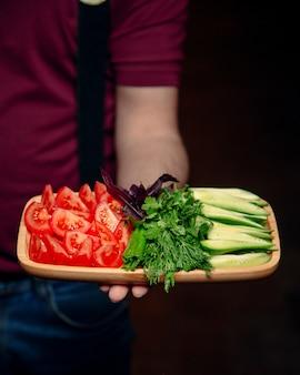 Fatias de tomate e pepino com hortaliças