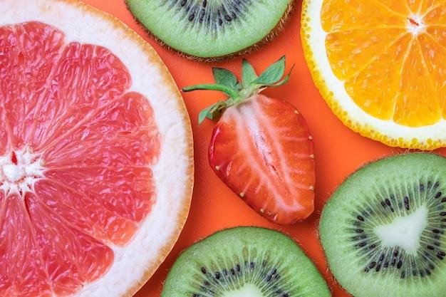 Fatias de toranja, morango, kiwi e tangerina.