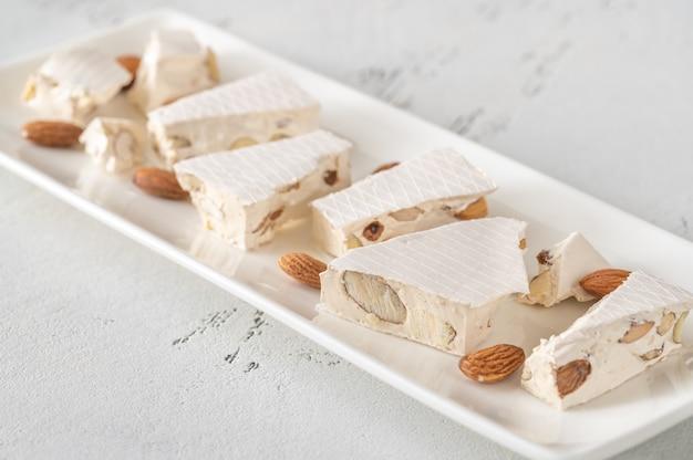 Fatias de torrone em um prato branco