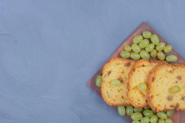 Fatias de torta com uvas verdes