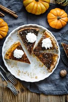 Fatias de torta de abóbora com sobremesa de halloween plano