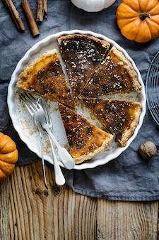 Fatias de torta de abóbora em um prato sobremesa de halloween plana.