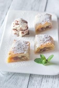 Fatias de torta de maçã no prato branco