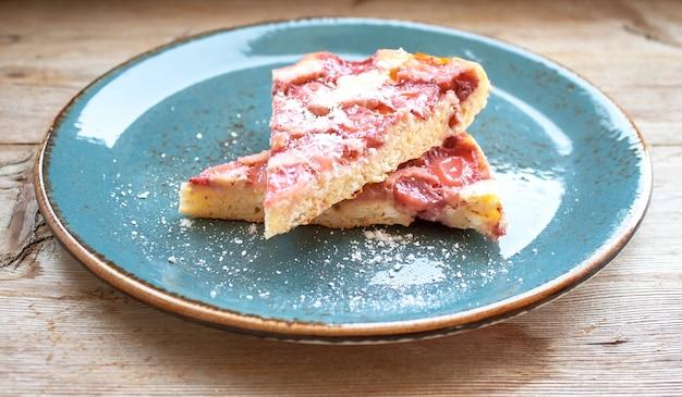 Fatias de torta de morango no prato azul