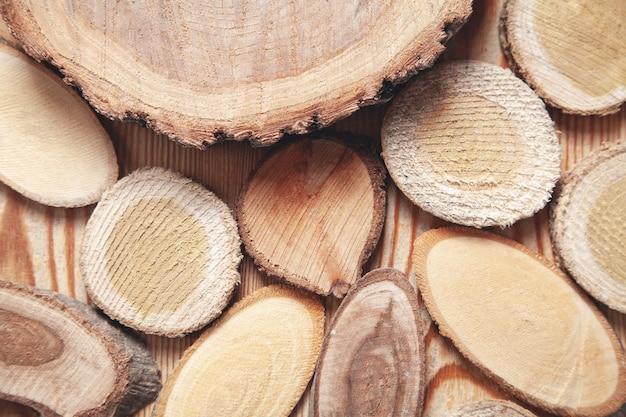 Fatias de uma árvore em fundo de madeira