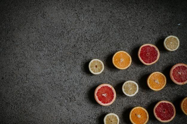 Fatias de variedade de citrinos em fundo de concreto