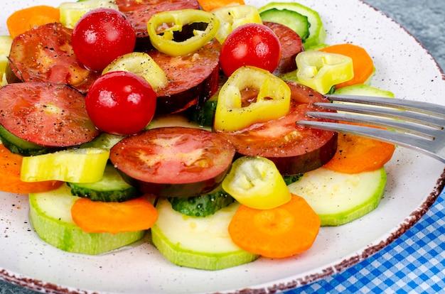 Fatias de vegetais sazonais no prato sobre fundo cinza-azulado. foto do estúdio.