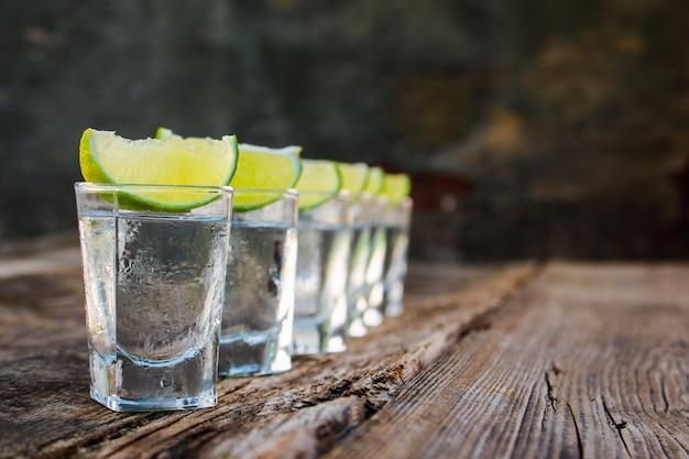 Fatias de vodka e limão