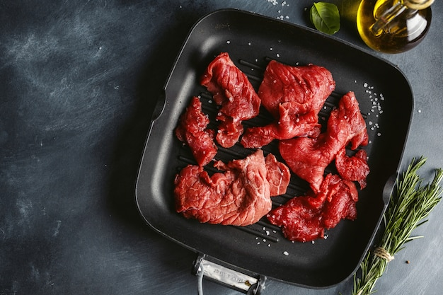 Fatias finas de carne com ingredientes para cozinhar
