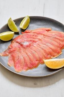 Fatias finas de filé de salmão defumado