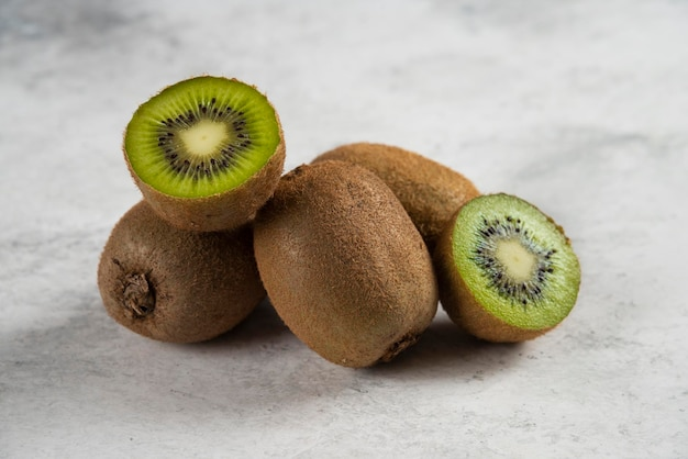 Fatias frescas de kiwi em branco.
