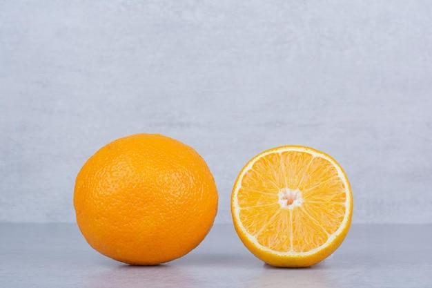 Fatias frescas de laranja em fundo branco. foto de alta qualidade