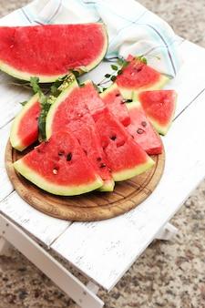 Fatias frescas de melancia na mesa, ao ar livre