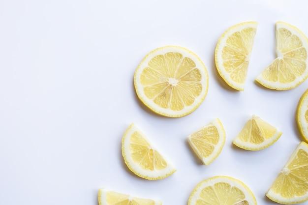 Fatias frescas do limão no fundo branco.