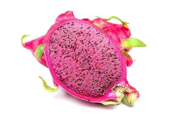 Fatias frescas e doces da fruta pitaiai do dragão vermelho. isolado. vista de perto