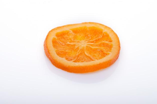 Fatias laranjas secadas ou tangerinas isoladas em uma parede branca. vegetarianismo e alimentação saudável