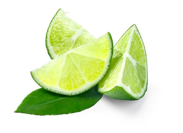 Fatias maduras de limão verde isoladas no fundo branco