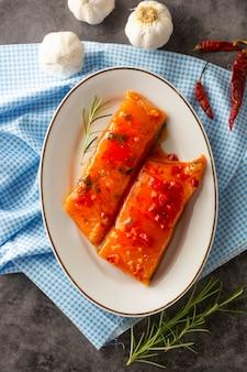 Fatias marinadas de filé de salmão