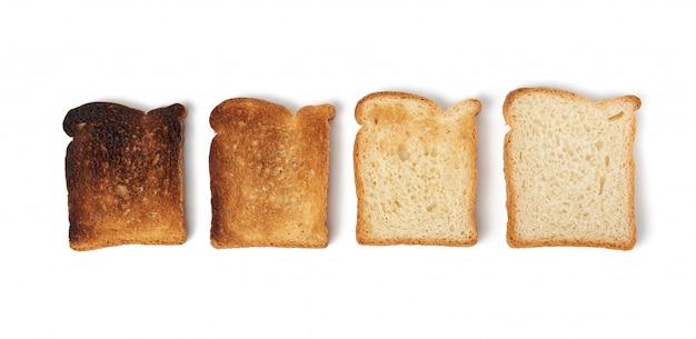 Fatias quadradas de pão feitas de farinha de trigo branca torrada na torradeira, alimentos de vários graus de fritura