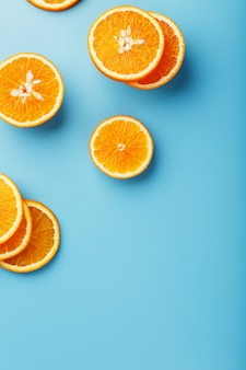 Fatias redondas de laranja suculenta no azul