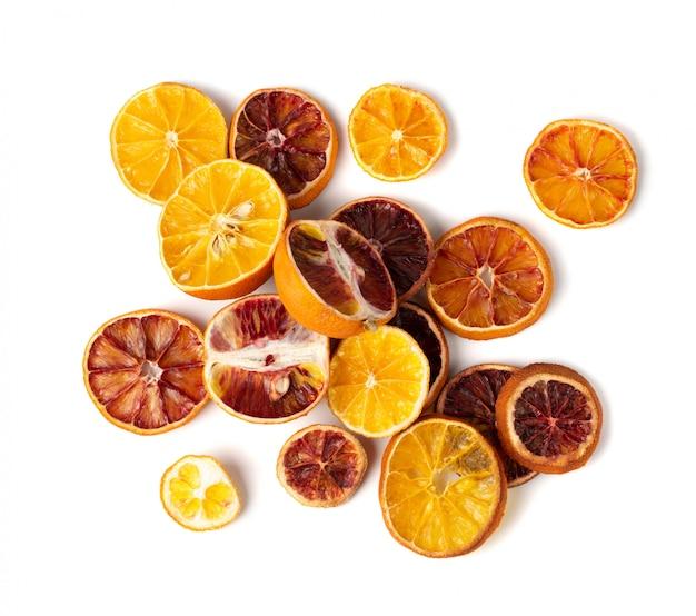 Fatias secas de laranja e laranja de sangue isoladas