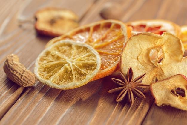 Fatias secas de laranja e limão