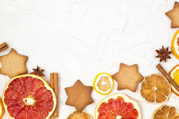 Fatias secas de várias frutas cítricas e biscoitos de gengibre