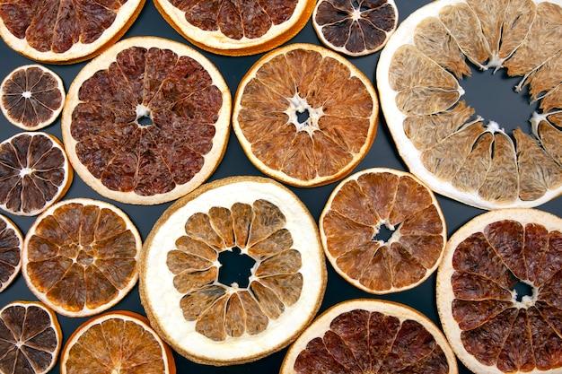 Fatias secas de várias frutas cítricas. vitaminas frutas cítricas para uma alimentação saudável
