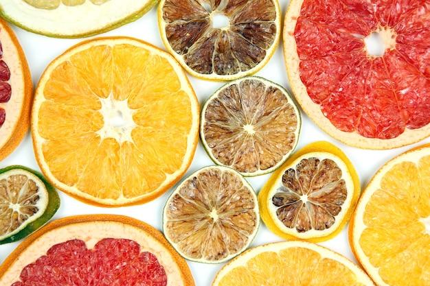 Fatias secas de várias frutas cítricas